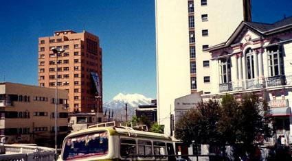 Una calle de La Paz con el Illimani al fondo