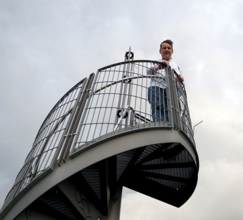 El balcón de la torre bajo las nubes