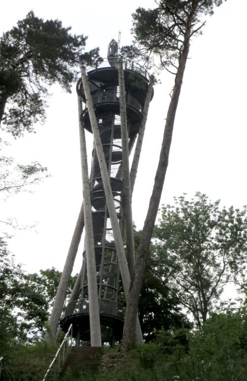 Una escalera dentro de una torre