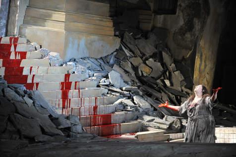 Electra, junto a los muros de Micenas, al ciudad de los Átridas. Christine Goerke Lyric Opera Production