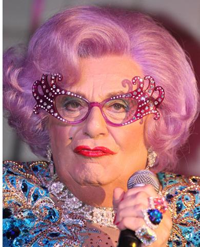 Dame Edna Everage, es decir, Barry Humphries