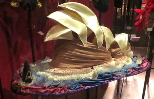 Sombrero Ópera de Sidney, Dame Edna Everage, V&A