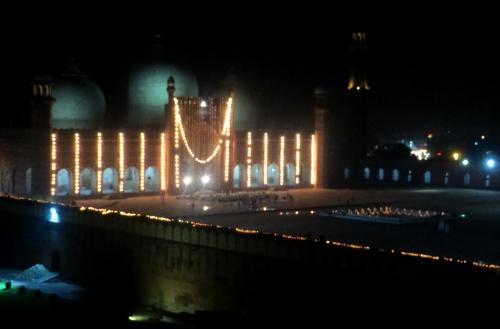Eid ul-Fíter. La mezquita Badakshi en la noche de Lahore