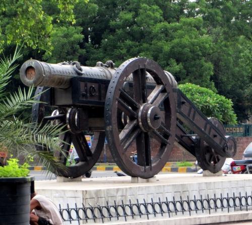El cañón británico de la plaza del Museo de Lahore