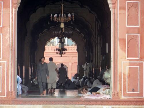 Interior de la gran mezquita de Badakshi, Lahore, Pakistán