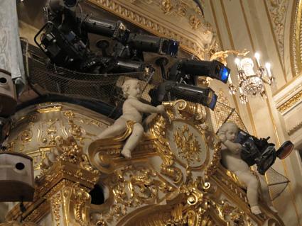 Putti y focos comparten las alturas del escenario del teatro Mariínsky