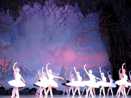 Los falsos cisnes nadan en el falso lago, en una escenografía reminiscente de la obra de Nicolai Roerich, a quien el Mariínski encargó la escenografía de La consagración de la primavera, de Igor Stravinsky, en 1913