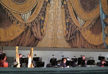 El telón del Teatro Mariínsky, del pintor y escenógrafo Alexander Golovin Mariínsky, con motivos de jaeces y gualdrapas de imaginarios elefantes