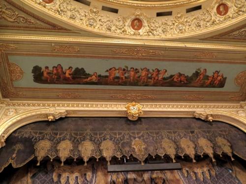 Parte superior de la embocadura del Teatro Mariínski con gualdrapas de elefantes, más putti y, finalmente, medallones con efigies reconocidas