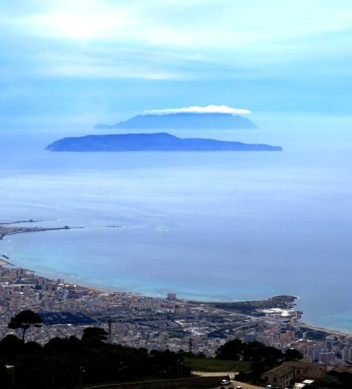 Las islas Égadas vistas desde Erice. Abajo, la ciudad de Trápani