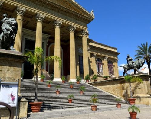 En esta escalera del Teatro Máximo, la ópera de Palermo, sitúa Mario Puzzo el último asesinato de El Padrino.