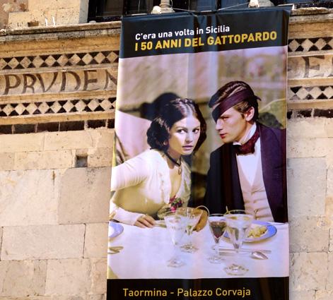 Otro eco de la visión clásica, colgado en Taormina