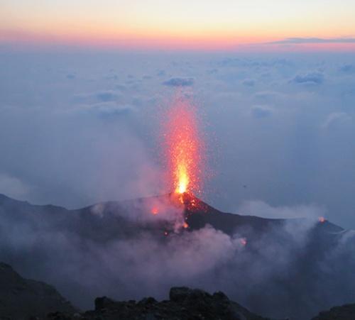 El volcán Estrómboli desde su antiguo cráter