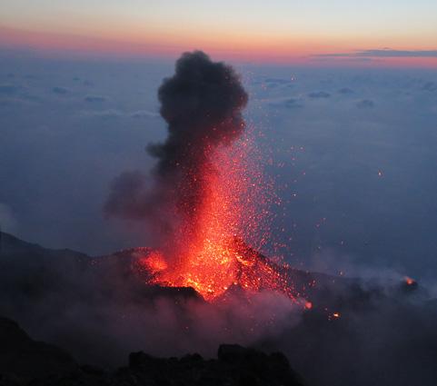 El volcán Strómboli desde el antiguo cráter