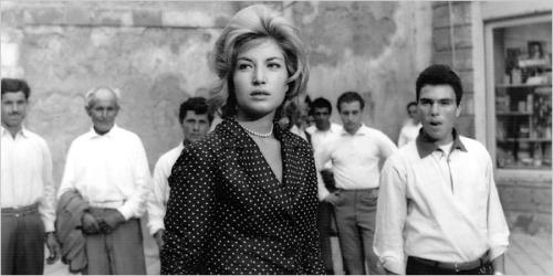 Claudia (Monica Vitti) buscando a Anna en Sicilia (L'avventura)