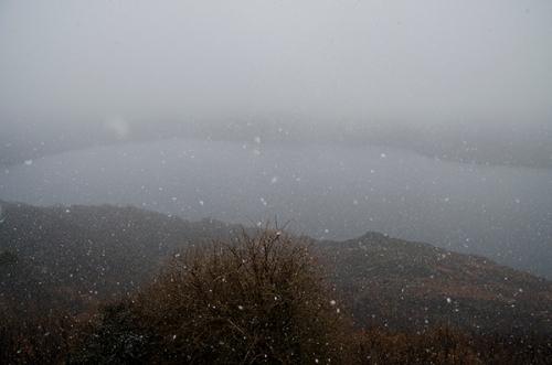 España, Castilla y León, provincia de Zamora. Nevando sobre el lago de Sanabria. Spain, Castile and León, province of Zamora. Snowing over Sanabria lake. © Navia