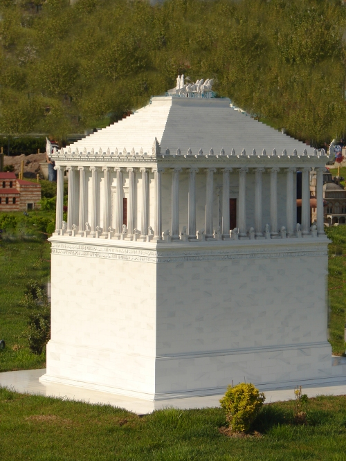 El mausoleo de Halicarnaso o la tumba del Rey de Caria, Mausolos, en Halicarnaso (Bodrum)