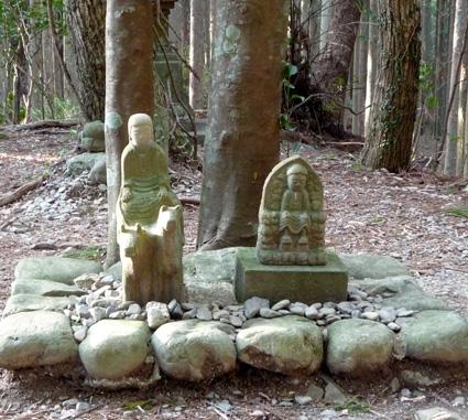 En este altar aparece representado el Asceta (la figura de la derecha), un controvertido personaje que vivió en el siglo VIII quien, mezclando elementos budistas y autóctonos, creó la que es hoy una de las vertientes más ascéticas y misteriosas de la religión japonesa. En algunas leyendas se le considera el fundador del Camino de Kumano