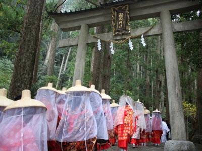 Peregrinas entrando en un templo de Kumano Kodo